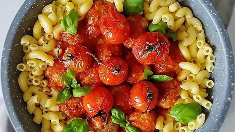 Makaron z sosem pomidorowym i klopsikami