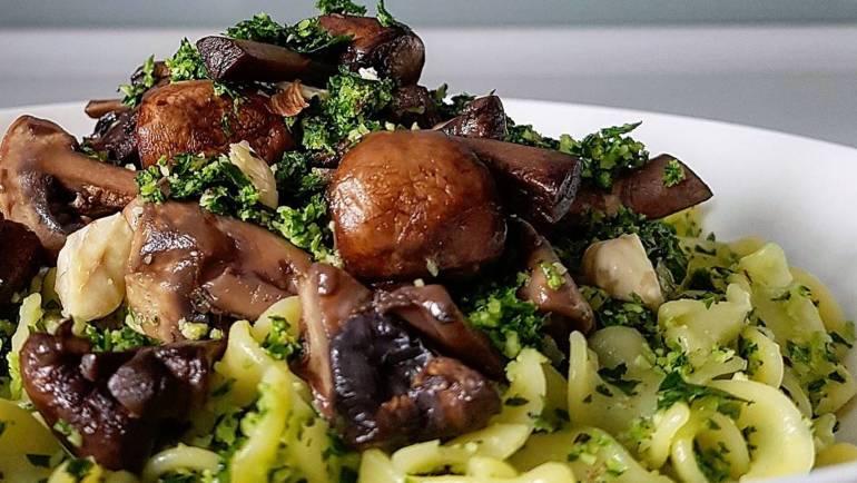 Makaron z pesto z zielonej pietruszki i pieczarkami