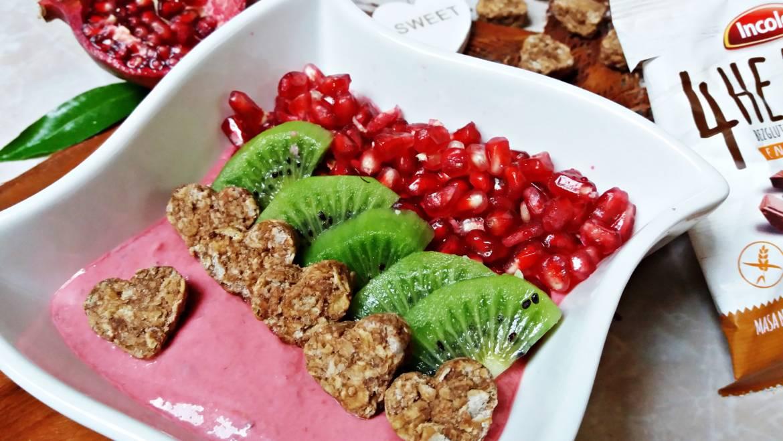 Malinowe smoothie bowl z owocami