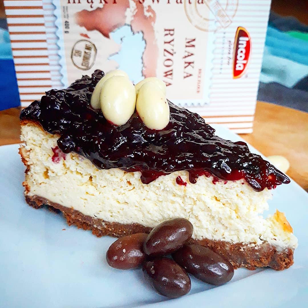 Bezglutenowy sernik waniliowo – kakaowy z konfiturą porzeczkową