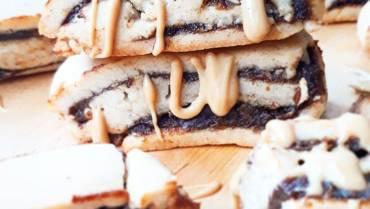 Wegańskie, kruche, cynamonowe ciasteczka z daktylowym karmelem