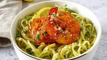 Bezglutenowy makaron spaghetti z sosem z cukinią, awokado i migdałami