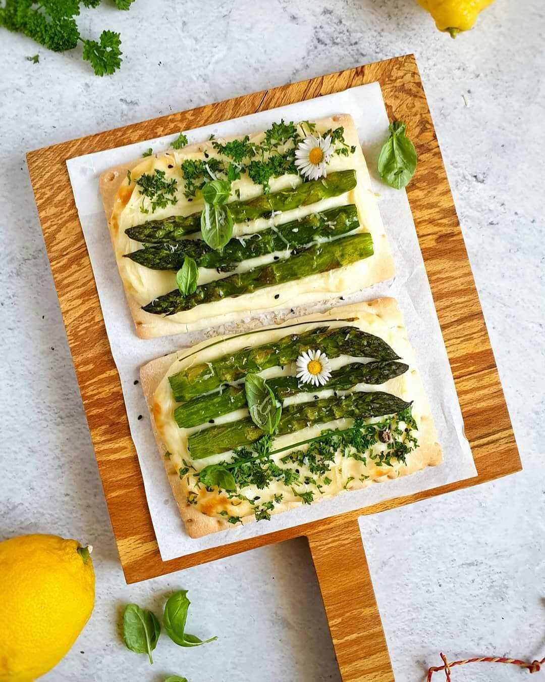 Bezglutenowa pizza z sosem beszamelowym i zielonymi szparagami